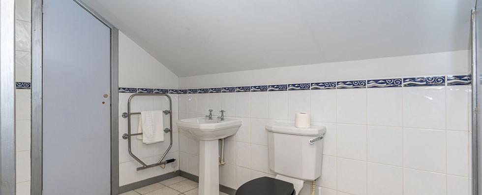 8.upstairsbedwithen-suite(6).jpg