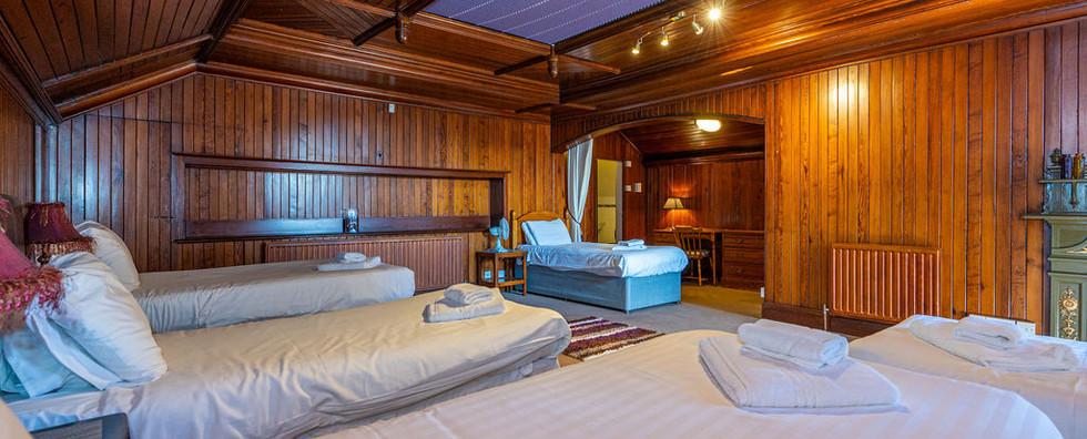 8.upstairsbedwithen-suite(3).jpg