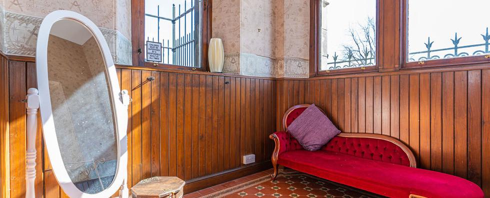 8.upstairsbedwithen-suite(4).jpg