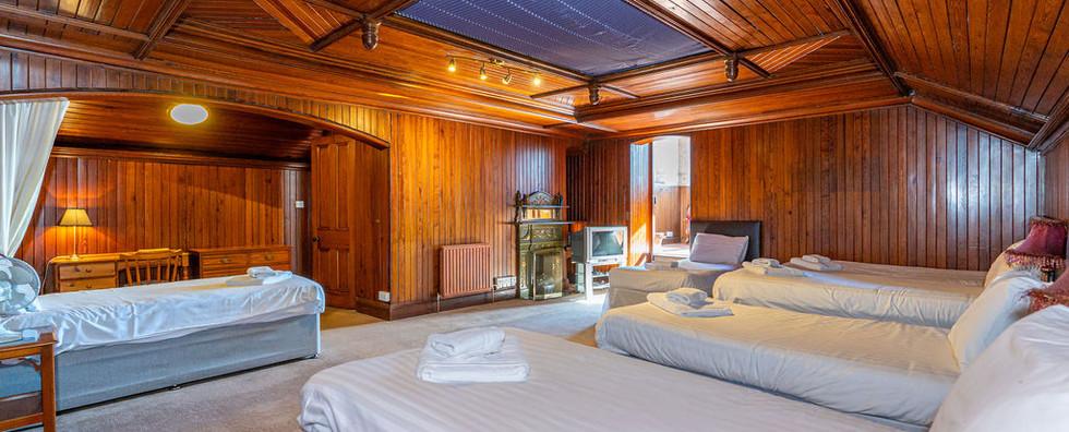 8.upstairsbedwithen-suite(2).jpg