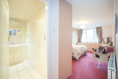7.bedroom1withen-suite(1).jpg