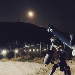 천체망원경으로 달 표면 감상하기