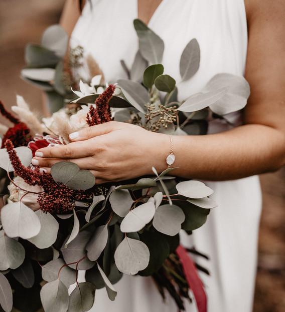 Schmuck und Blumenstrauß