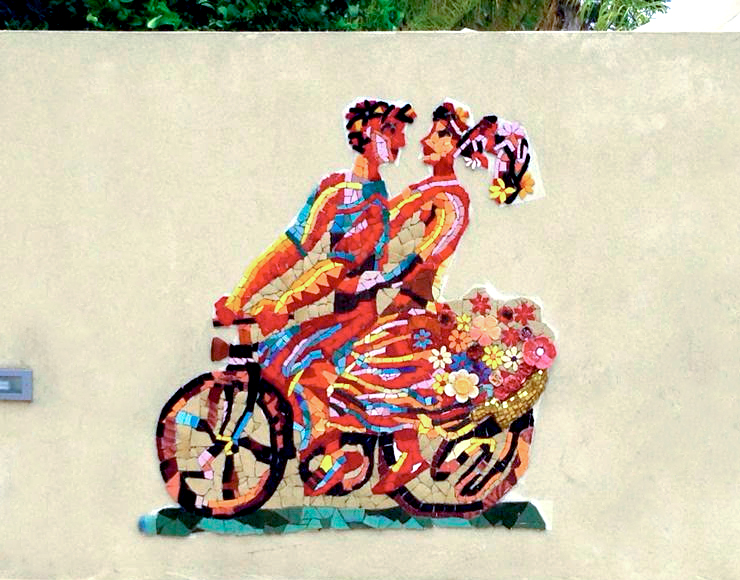 זוג רוכב על אופנים בקיר פסיפס