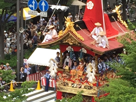 Eloping in Kyoto in July/August can get more historical and cultural experience.