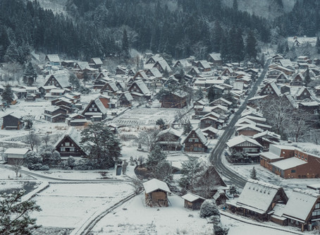 What a romantic proposal at snowy Shirakawa Village in Japan!