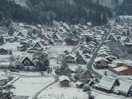 What a romantic proposal at snowy Shirakawa Village in Japan!