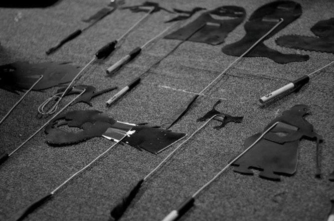 photo en noir et blanc de marionnettes de théâtre d'ombres