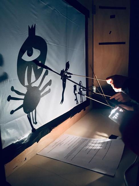 Manipulation des marionnettes créees par leurs petites mains et leur esprit créateurs...