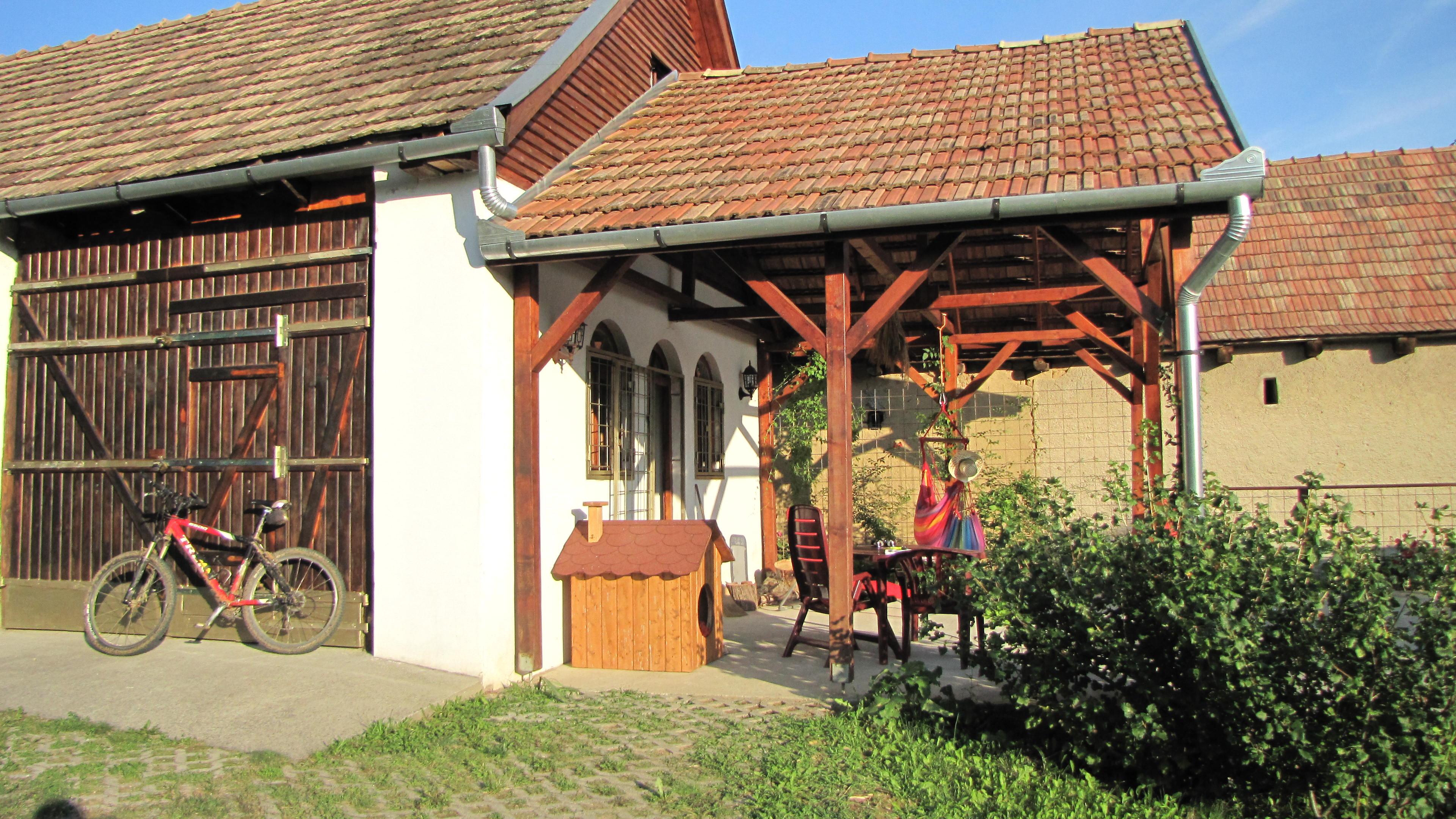 Gebouw (verbouwde en gerestaureerde boerenschuur) met keuken, sanitair en kamer