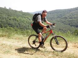 Mountainbiken in Hongarije in de heuvels bij Tarnalelesz