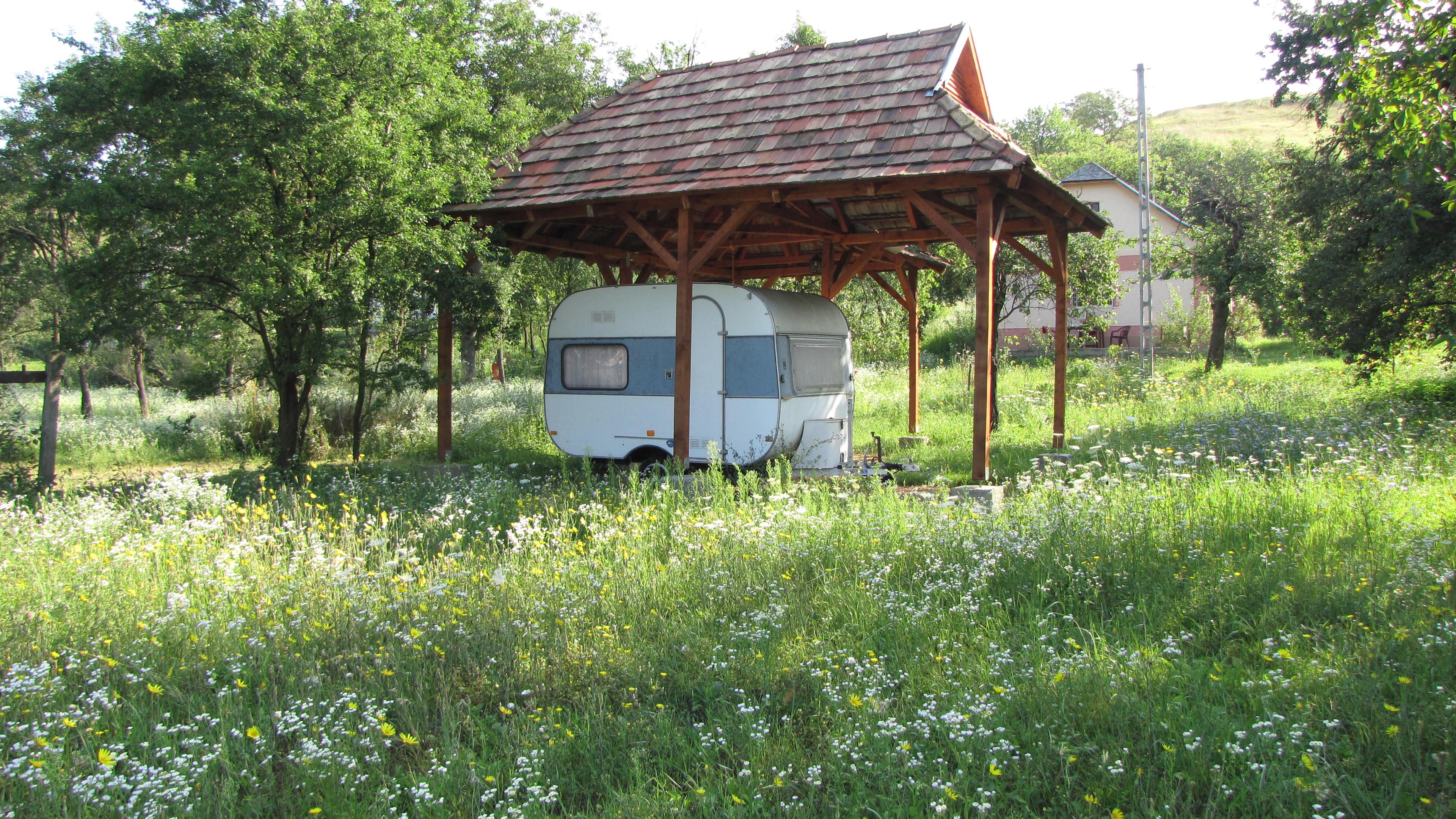 Kleine eenvoudige caravan