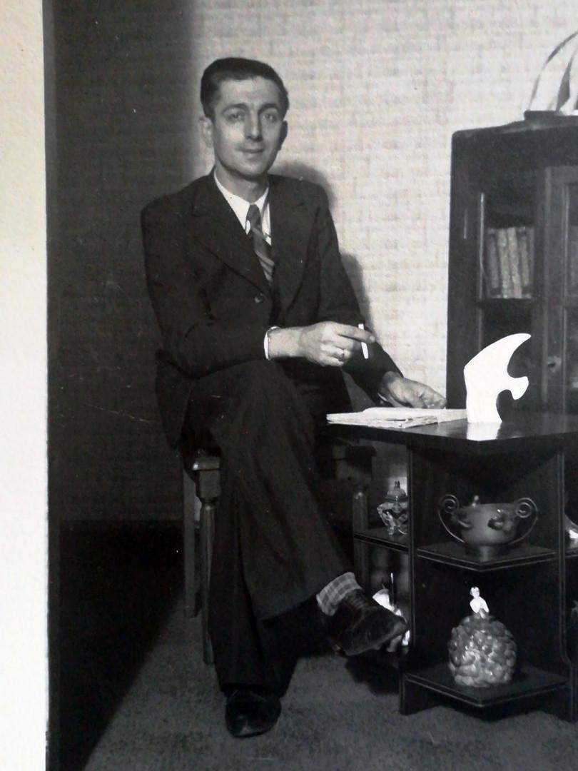 Alfred Sabatier photographié à côté du meuble qui sauva son épouse le jour de son arrestation le 1er décembre 1943. Cf. explications précédentes.