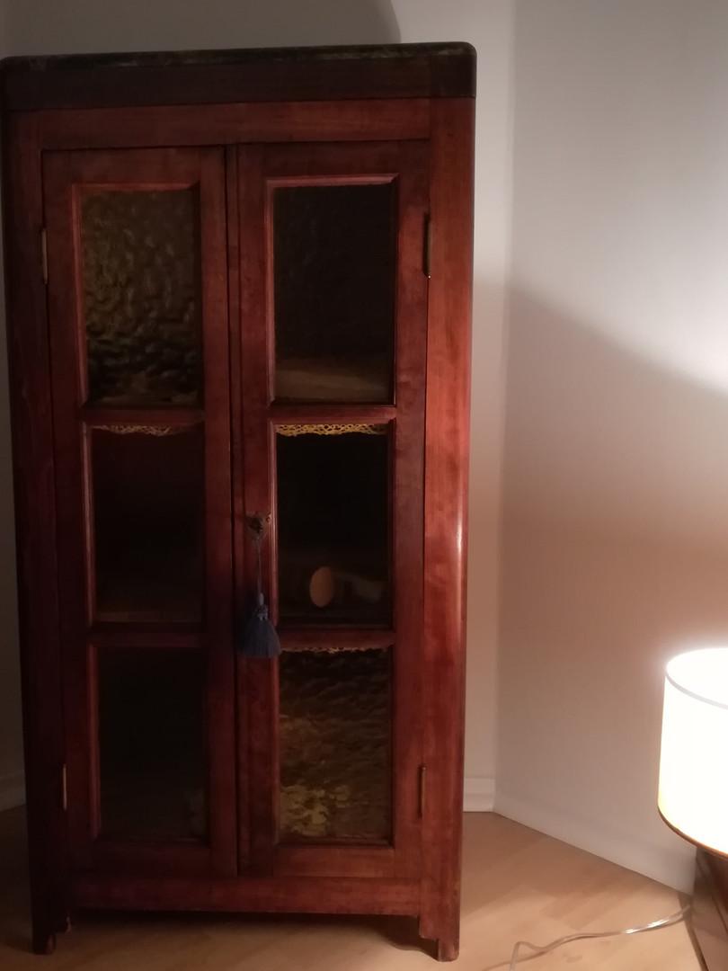 """""""Relique"""" familiale. Ancien meuble pour poste radio transformé par Alfred Sabatier, qui comportait une cache secrète dans laquelle le couple Alfred et Marthe dissimulaient des papiers et journaux de la Résistance."""