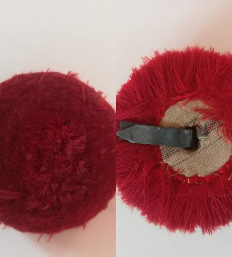 Pompon rouge du béret de mousse d'Alfred Sabatier. Années 1920. Recto et verso.