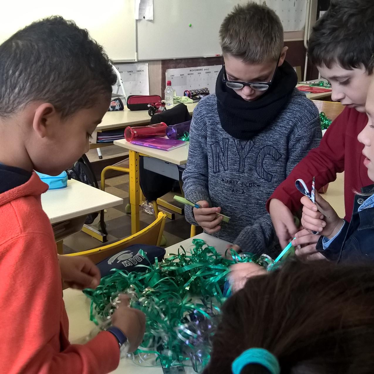 Préparation des couronnes pour le marché de Noël