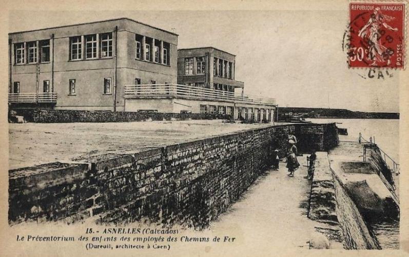 9 - Le Préventorium marin pour enfants ouvert en 1928 à Asnelles (Calvados) par l'œuvre « Les Enfants des Cheminots ».