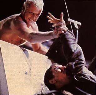 Entrena tu fuerza de agarre; porque puede que tengas que salvar a tu héroe preferido de una caída al vacío.