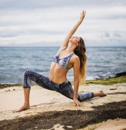 La escuela Hatha yoga es una de las mas populares en occidente. Es una modalidad donde prevalece la parte física en la práctica.
