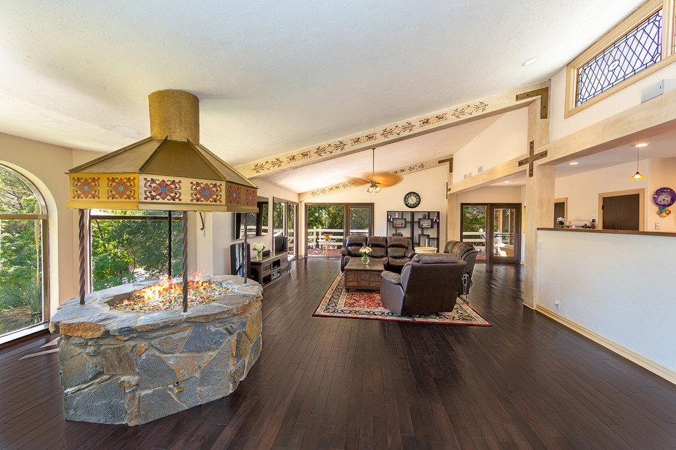 Large Livingroom with Vaulted Ceilings