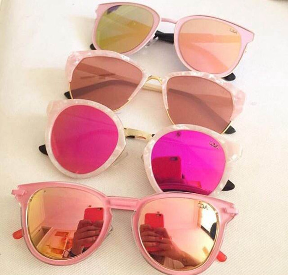 É verão, e os óculos escuros são indispensáveis! Aposte nos coloridos e redondos e arrase por aí!!!