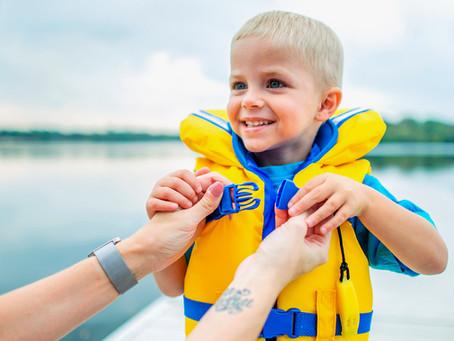 """Mengurangkan risiko kecederaan untuk anak anda menggunakan """"LIFE JACKET""""."""