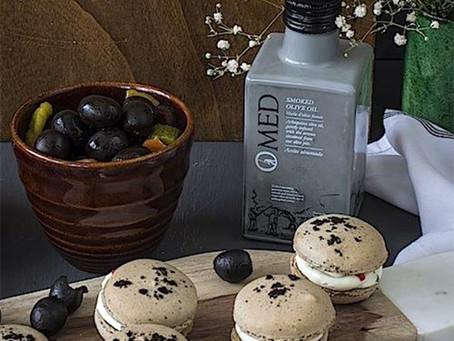 Macarons, zwarte olijven en gerookte olie