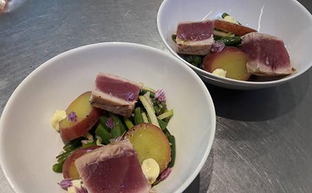 Salade Niçoise met kort gebakken verse tonijn