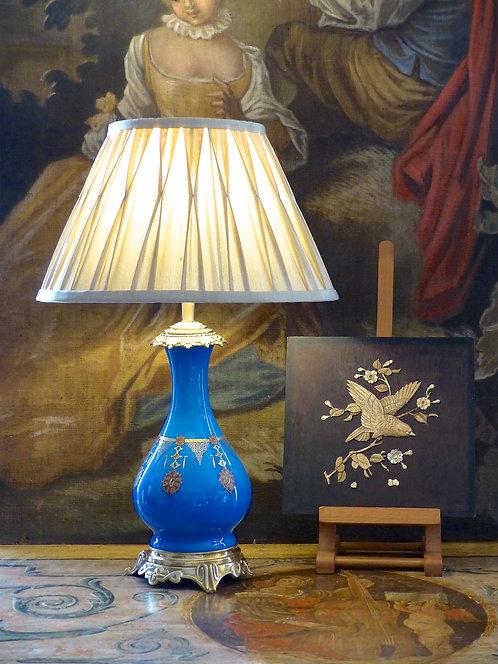 Lampe Napoléon III en opaline bleue avec pendentifs peints, XIXe
