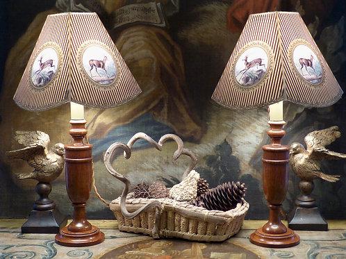 Paire de bougeoirs anglais en bois tourné montés en lampes, chêne vernis, XIXe
