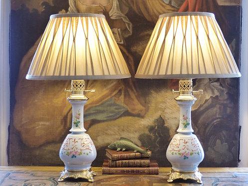 Paire de lampes Napoléon III en porcelaine ornée de roses et rinceaux peints