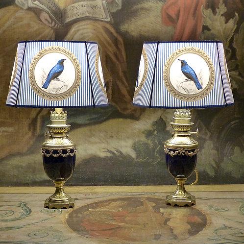 Paire de lampes à pétrole en porcelaine de Sèvres, style Louis XVI, XIXe