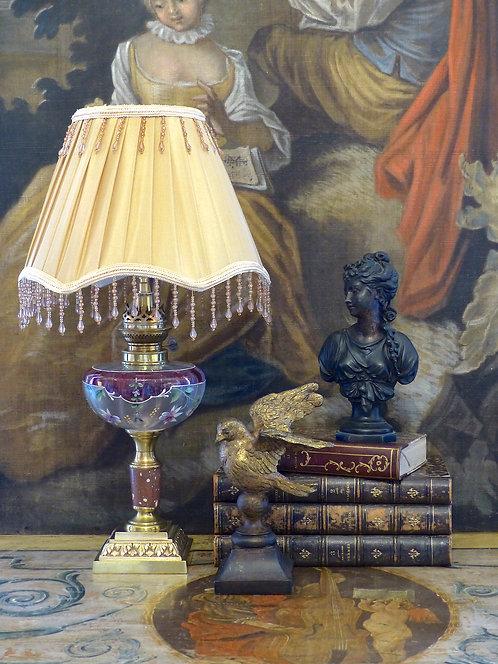 Lampe à pétrole verre émaillé orné de fuchsias, pied marbre et bronze doré, XIXe