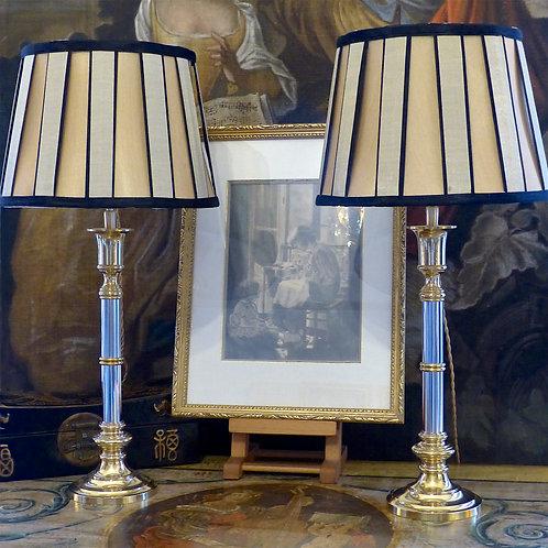 Paire de bougeoirs Art déco en métal bicolore or et argent montés en lampes, XXe