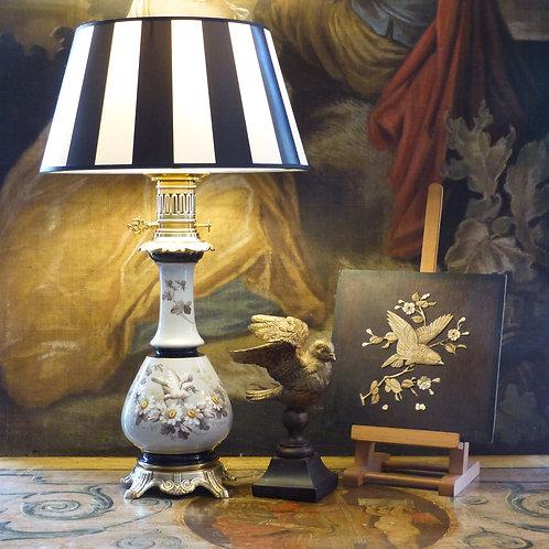 Grande Lampe Napoléon III en porcelaine à décor peint de fleurs et oiseau