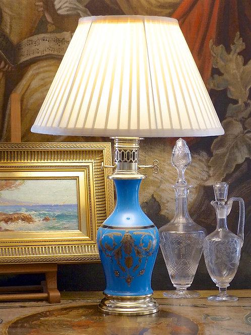 Lampe en opaline bleue, ornée de rinceaux, XIXe