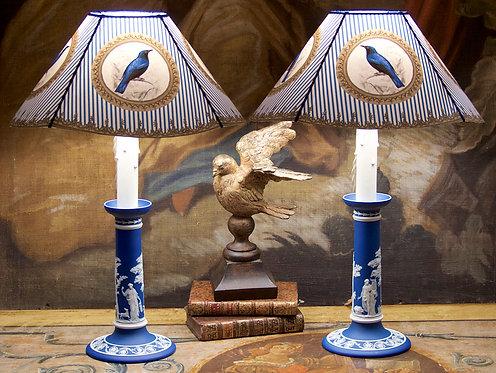 Paire de lampes bougeoirs Wedgwood bleus, décor néoclassique, XIXe