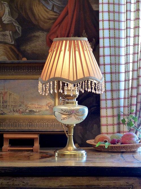 Lampe à pétrole électrifiée, à réservoir émaillé, décor rubans et roses, XIXe