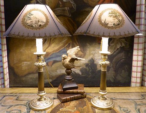 Paire de lampes bougeoirs Restauration à décor de fleurs et fruits, bronze doré