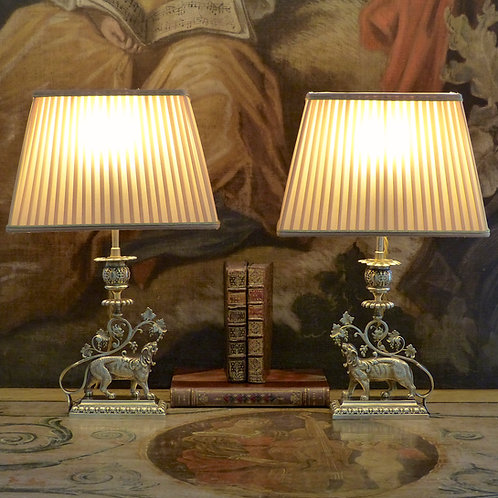 Paire de lampes bougeoirs orientalistes en bronze figurant des lions, XIXe