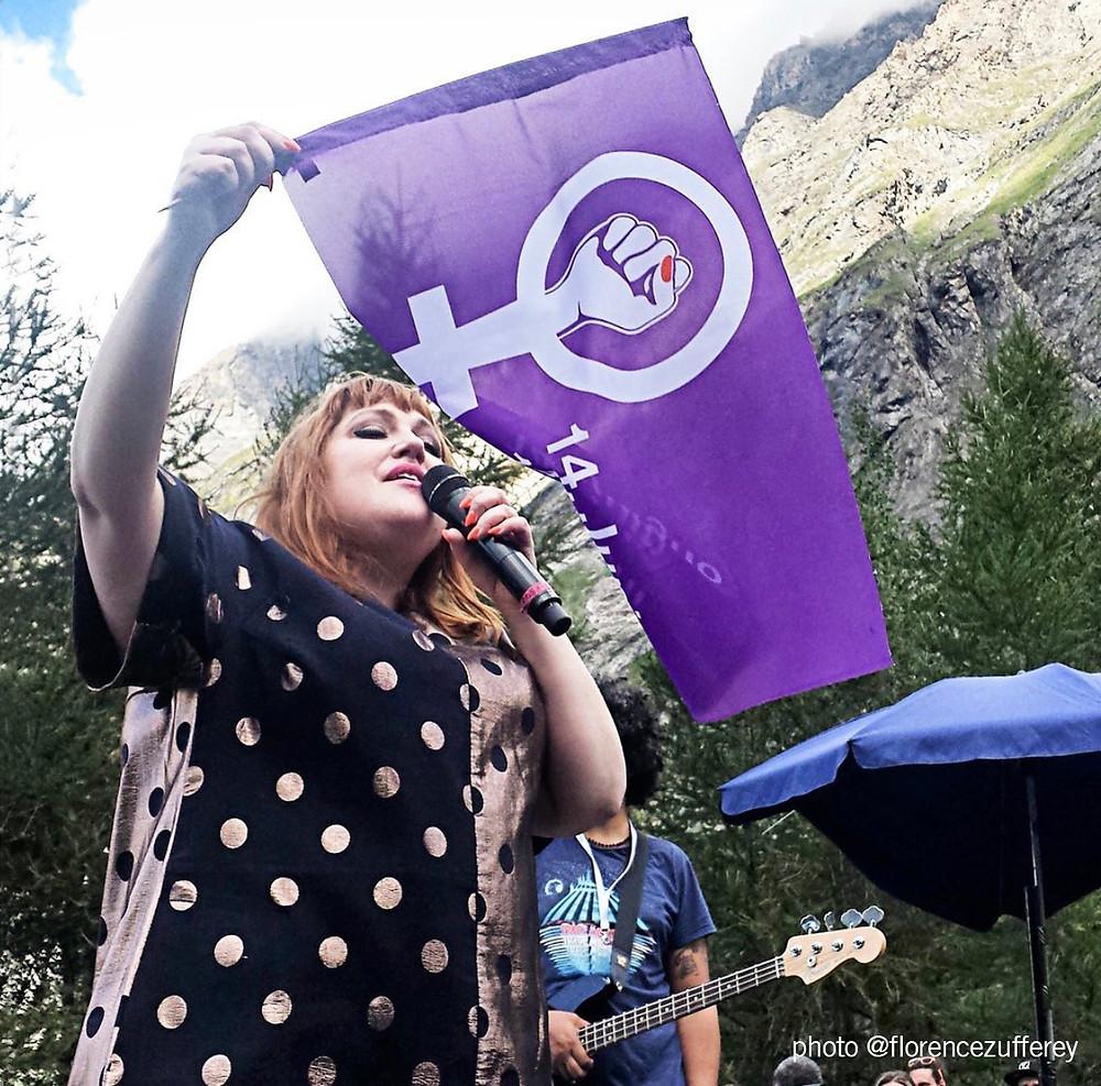 le logo de la greve des femmes par charlotte passera