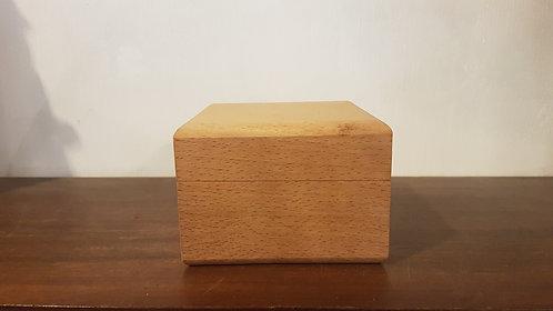 Padded wooden watch box / Boîte à montre en bois rembourrée