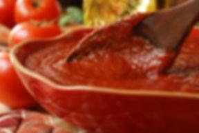 Salsa de tomate y cuchara de madera