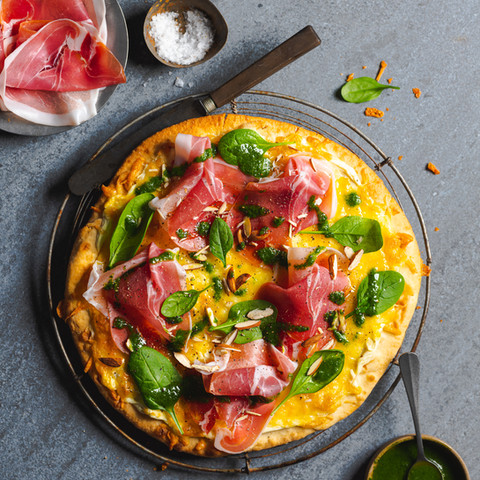Hvit pizza med Prosciutto di Parma og ruccolapesto