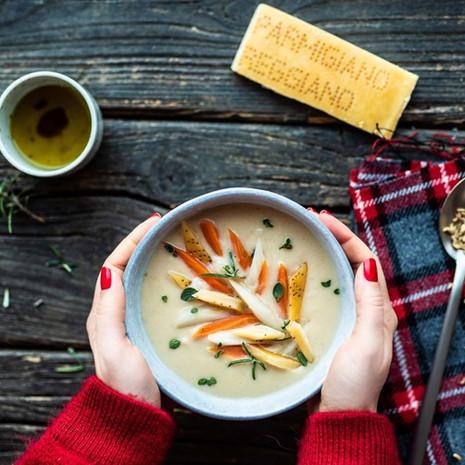 Suppe med hvite bønner, rotsikori og osteskorpe av Parmigiano Reggiano