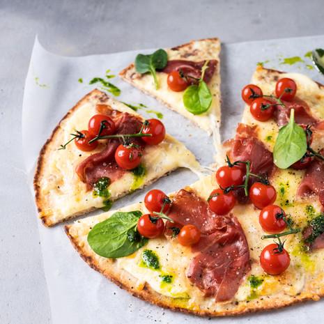 Pizza med hvit saus, Prosciutto di Parma og spinat