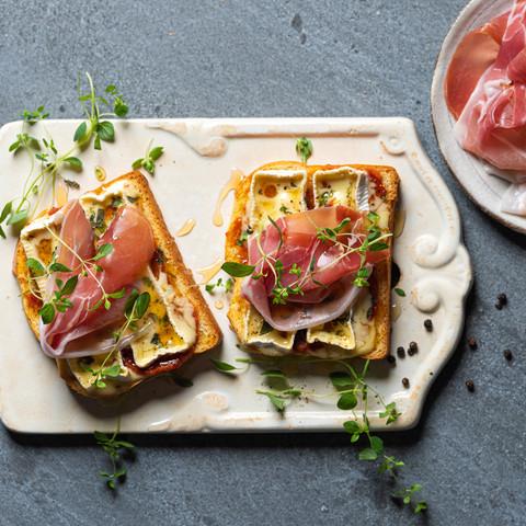 Toast med brie og Prosciutto di Parma