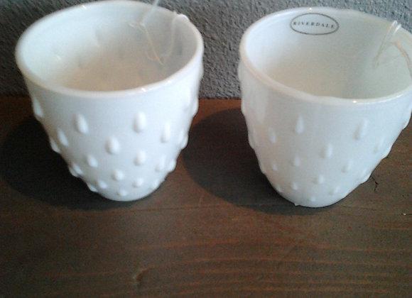 twee wit glazen bekers van riverdale