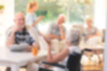 Personnes aînées en train de socialiser
