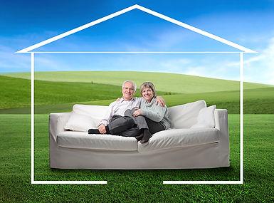 Couple de personnes aînées sur un divan